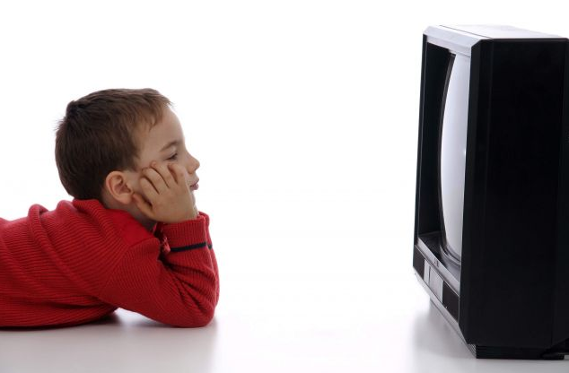 niños viendo tv
